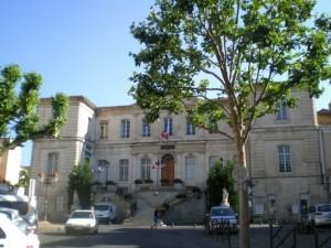 Place ombragée devant la mairie d'Apt