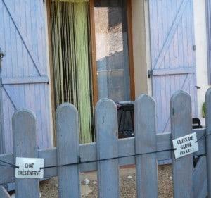 Pancarte insolite sur la porte d'une maison d'Auribeau